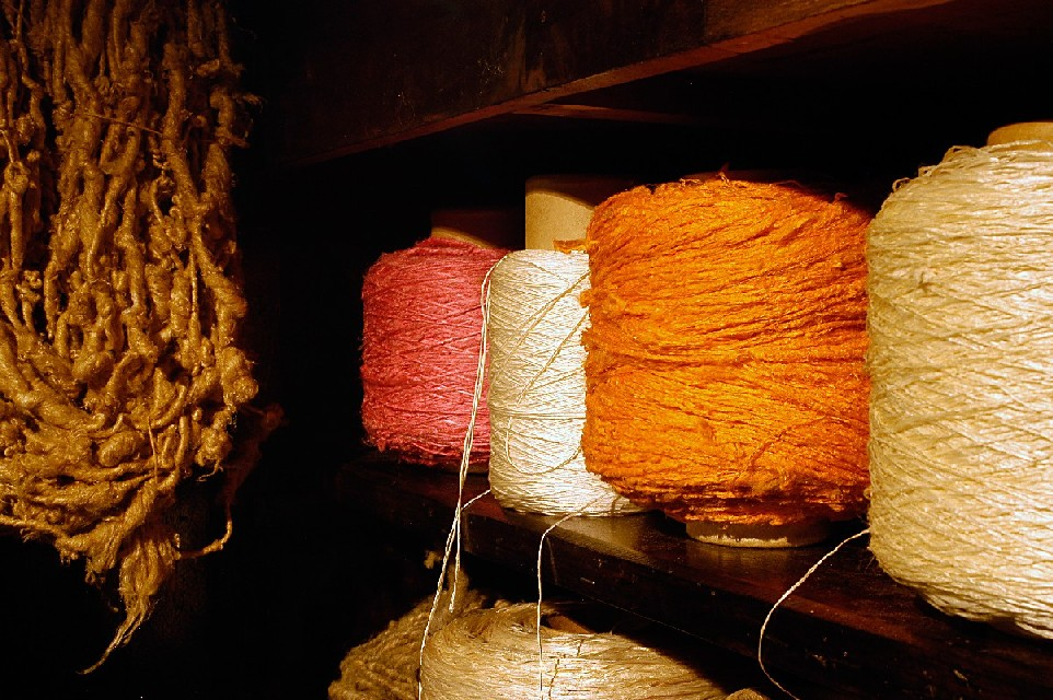 Wires and rustic fabrics: the natural dyes